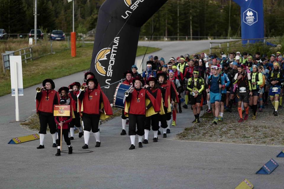 Ein stilvoller Start für die 196 Ultrarun-TeilnehmerInnen (c) Arberland Ultrarun