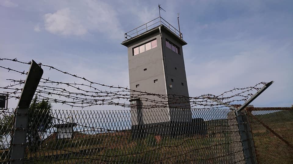 Wachturm und Grenzzaun erinnern an die Geschichte des Heldburger Landes (c) Borderland
